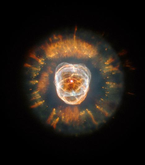 Az Eszkimó-köd                         Az NGC 2392 planetáris köd, avagy az Eszkimó-köd elnevezését annak köszönheti, hogy csillagászati távcsővel a Földről nézve valódi eszkimóarcot formáz, az arcot körülvevő csuklyával együtt. A köd középpontjában egy csillag van, melyről néhány ezer évvel ezelőtt váltak le azok a - hidrogénből oxigénből, nitrogénből és héliumból álló - gyűrűk, melyek most körülveszik.