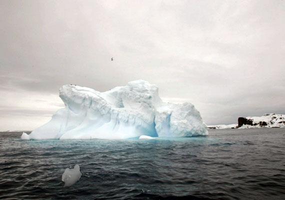 A globális felmelegedés következtében az Antarktiszról folyamatosan szakadnak le különböző méretű jégdarabok.