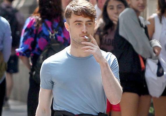Daniel Radcliffe már nem az a cuki kisfiú, akit Harry Potterként megismertünk: a színész nemcsak dohányzik, de az alkohollal és a drogokkal is akadtak problémái.
