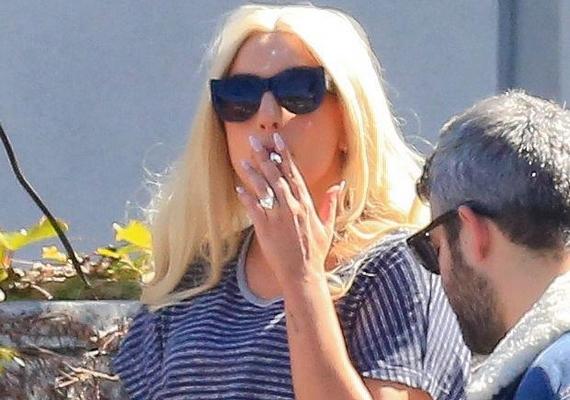 A botrányhős Lady Gaga egy korábbi interjúban bevallotta, legalább 20 szál cigarettát szív el egy nap.