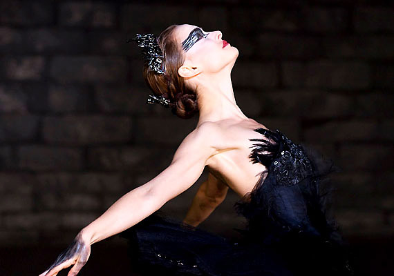 A visszahúzódó, anyja árnyékában élő balerina Nina - Natalie Portman - elnyeri a Hattyúk tava előadás címszerepét. A film címe: Fekete hattyú.