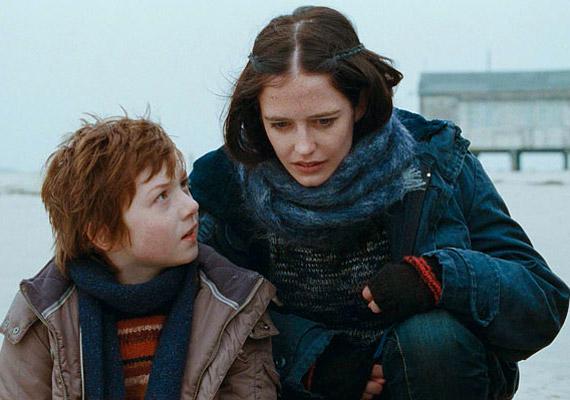 A szerelmét elvesztett Rebecca úgy dönt, klónozza és gyermekeként ad újra életet a férfinak. A film címe: Méh.