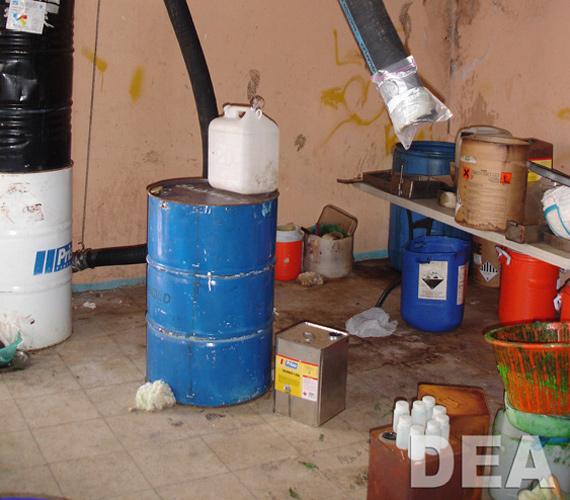 A szokatlan szellőző és a szokatlan égésnyomok droglaborra utalnak.