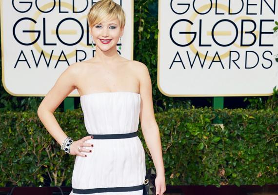 Jennifer Lawrence a Golden Globe-díjátadóra olyan ruhát választott, ami karcsúbbnak mutatja. Sokak szerint nem volt előnyös számára a Dior darab, mert eltakarta a nőies alakját.
