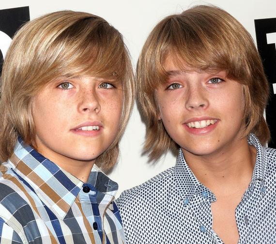 Minden Disney-rajongó így emlékszikDylan és Cole Sprouse-ra, vagyis Zackre és Codyra. Kevesen tudják azonban, hogy a két fiú már kicsiként is színészkedett, ma pedig egészen máshogy néznek ki, és mással foglalkoznak.