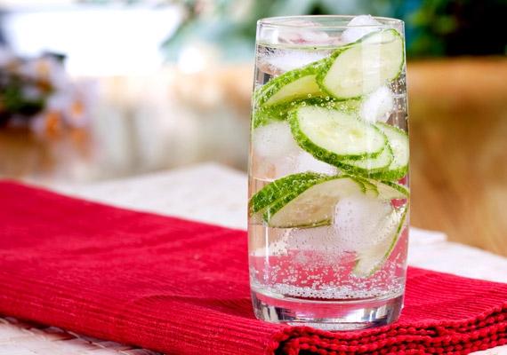 Egy pohár jéghideg víz jót fog tenni, főleg, ha uborkaszeletekkel vagy friss citrom levével ízesíted.