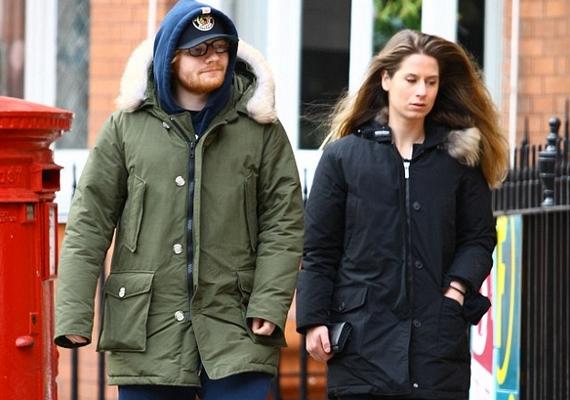 Ed a legnagyobb nyugalomban sétálgatott és vásárolgatott szerelmével a városban, nem sejtve, hogy közben mi zajlik a kocsijánál.