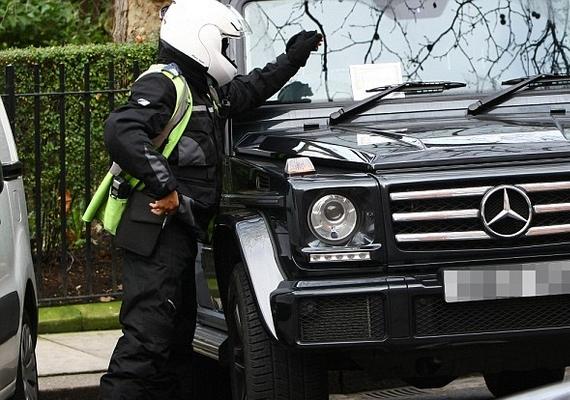 A parkolóőr kiszúrta, hogy a jegy már nem érvényes, és hagyott is egy büntetőcédulát Ed kocsijának szélvédőjén.