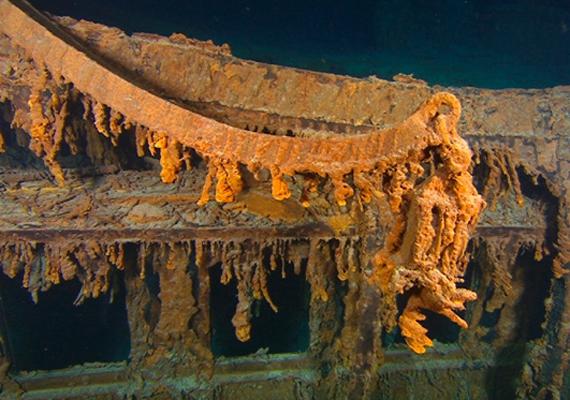 A cséve, amin a mentőcsónakokat engedték le a Titanicról: az első osztályon utazó férfiaknak nagyobb esélyük volt a túlélésre, mint a harmadosztályon utazó gyerekeknek.