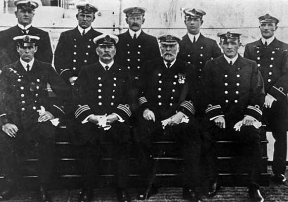 E. J. Smith kapitány - az ülő sorban jobbról a második - és a Titanic tisztjei. Többségük odaveszett a katasztrófában.