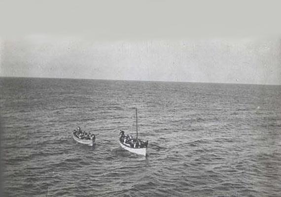 A Titanic túlélőit a Carpathia mentette ki: a kép a mentőcsónakban hánykolódó utasokról a Carpathia fedélzetéről készült.