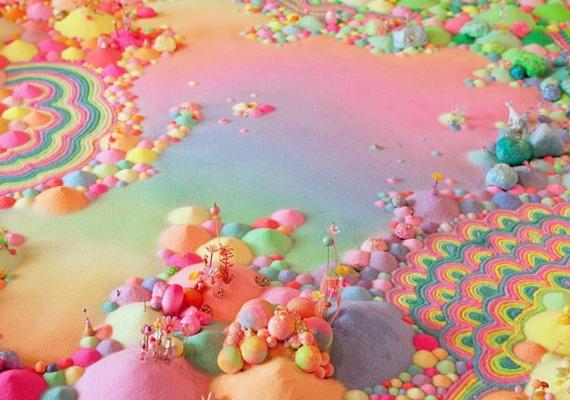A művész mesebeli tájakat, álomszerű közegeket hoz létre különböző édességekből.