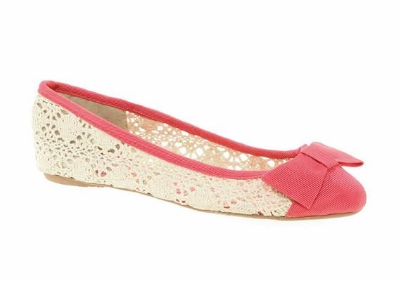Teljesen lapos talpú cipőt hordani sem a legjobb, mert ez a sarkadat teheti tönkre. A balerinacipők tartást sem adnak a lábnak.