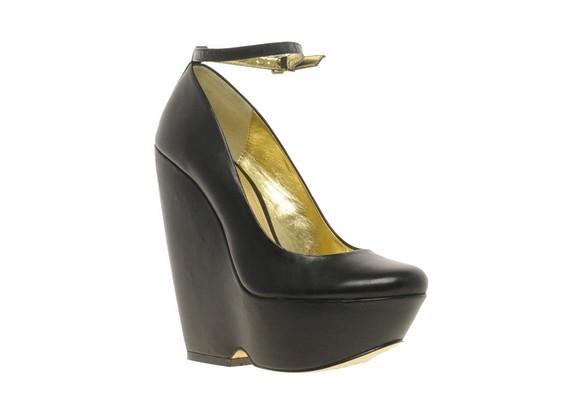 Nem kevésbé egészségtelen a platformcipők viselése sem, mint a magassarkúké. Attól, hogy némileg kényelmesebb járni bennük, a lábad még természetellenes pózban van.