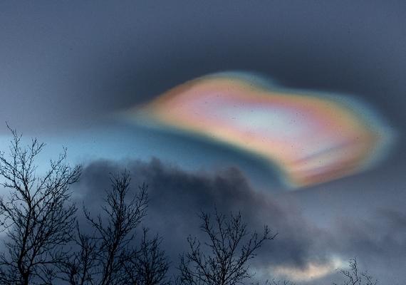 Egy gyönyörű, gyöngyházfényű felhő jelent meg az égen Svédország felett, amelyet a mennyország kapujához is hasonlítanak. A jelenség csak éjszaka látható, és még a tudósok sem biztosan afelől, pontosan mi okozza.