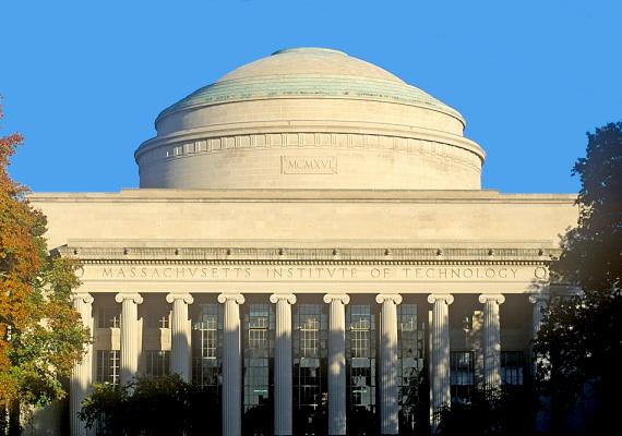 A Massachusets Egyetem, elterjedt nevén MIT a tudományok és technika területén kiemelkedő. Összesen 76 jelenlegi és korábbi hallgatója kapott Nobel-díjat. Ide járt például a filozófus Noam Chomsky vagy az amerikai-magyar Kálmán Rudolf Emil, aki itt szerzett villamosmérnöki diplomát, és egyébként a Magyar Tudományos Akadémia tagja.