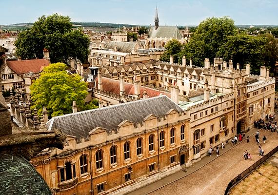 A harmadik helyen a brit Oxford Egyetem szerepel, mely Anglia legrégebbi felsőoktatási intézménye. Nagy hangsúlyt helyeznek a tradíciókra, például ünnepek alkalmával a tanárok és a diákok is a végzettségüknek megfelelő talárt viselik.