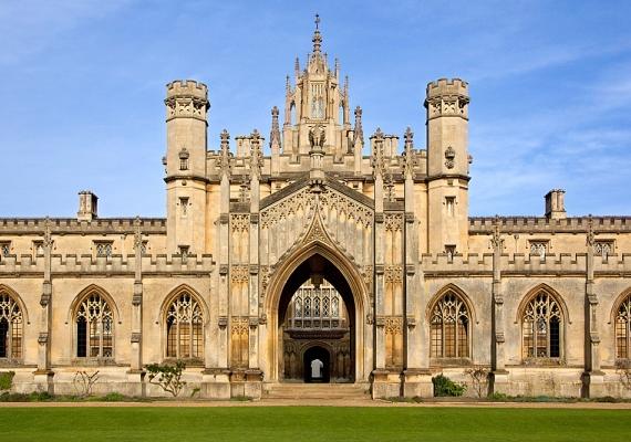 A Cambridge University a Quacquarelly Symonds listáján 2013-ban a harmadik helyen végzett. Az Egyesült Királyságban az Oxford University legnagyobb riválisa, ugyanezen a listán 2012-ben második, 2010-ben és 2011-ben az első helyen végzett.