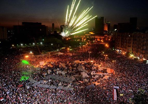 Milliós tömegek ünnepelnek az elnök megbuktatása után az egyiptomi utcákon.