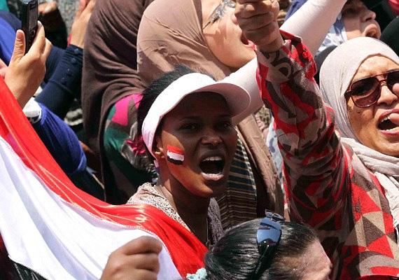 A demonstráló tömeg elnökellenes jelszavakat skandált. A kairói tüntetések során több száz nőt erőszakoltak meg, így önkéntesek szétválasztották egymástól a női és férfi tüntetőket.