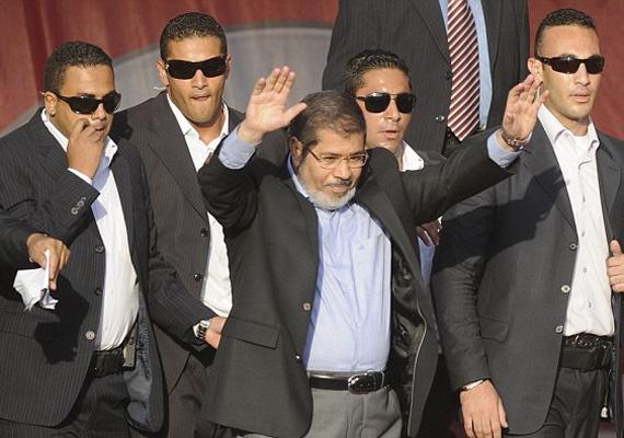 Az egyiptomi exállamfő, Mohamed Murszi jelenleg házi őrizetben van. A hadsereg szerda délután buktatta meg az elnököt. Az volt államfő elleni hatalmas demonstrációk emberéleteket is követeltek.