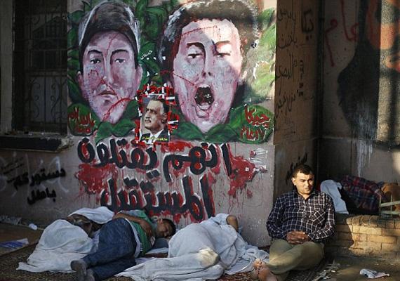 A washingtoni külügyminisztérium felhívta az amerikai állampolgárok figyelmét, hogy ha tehetik, halasszák el az egyiptomi utazásukat. A napokban egy 21 éves amerikai állampolgárt halálra késeltek az egyiptomi demonstráció alatt, amikor megpróbált fényképet készíteni a tömegben.