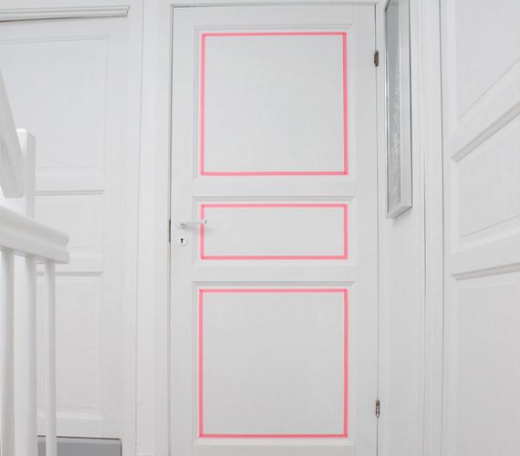 Egyedi mintákat ragasztgathatsz az ajtódra valamilyen csajos színnel.
