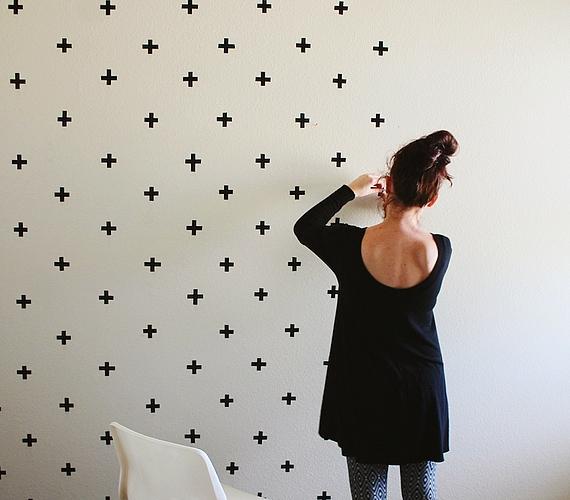 Egyszerű fekete ragasztószalaggal is egyedi és mutatós mintát gyárthatsz a faladra - ráadásul olcsóbb, mint a festék vagy a tapéta.