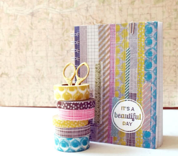 Az unalmas füzeteket is feldobhatod, ha különböző mintájú dekorszalagokkal díszíted azokat.