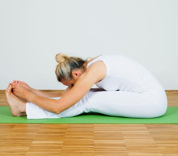 Erősíti a gerincet, nyújtja a nyakat és a lábakat az ülésből előrehajlás, vagy Pascsimottánászana. Ülj le a földre, nyújtsd ki a lábadat, majd érintsd meg a lábujjaidat, és hajolj rá a térdedre, amennyire csak bírsz!