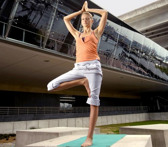 A fa állás, vagy Vriksászana fejleszti az egyensúlyt, javítja a koncentrációt és az állóképességet. Hajlítsd be a jobb térdedet, a talpadat pedig tedd a bal combodra. A fejed fölött érintsd össze két befelé néző tenyered, majd maradj így néhány percig, aztán cserélj lábat!