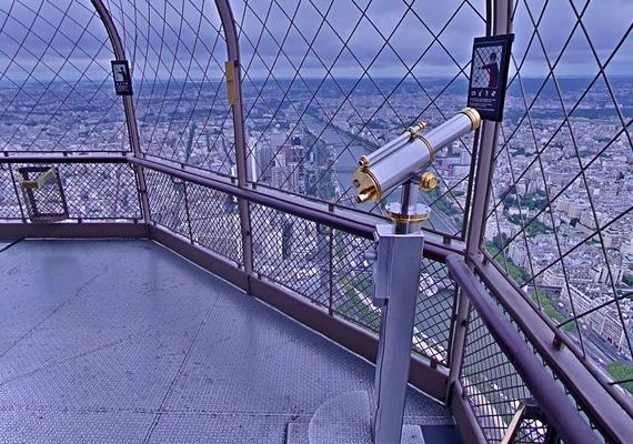 A Google Street View segítségével már bejárhatod az Eiffel-tornyot, és gyönyörködhetsz a panorámában.