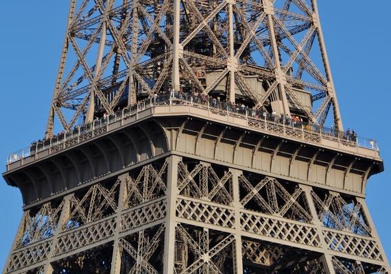 Az üzemeltetők szerint a turisták inkább a második emeleten töltöttek időt, ahonnan komolyabb kilátás nyílik a városra.