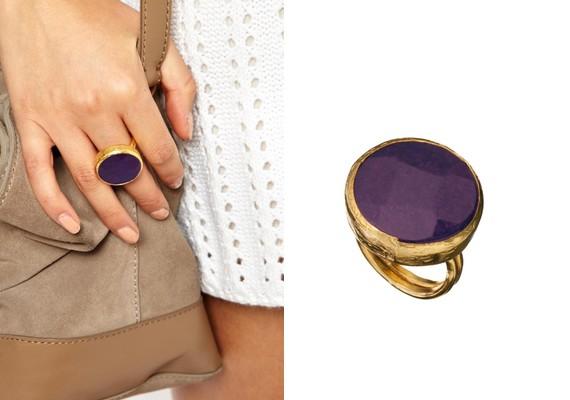 Ősszel is divatban maradnak a hangsúlyos, feltűnő ékszerek, mint a nagy, köves vagy gyöngyös gyűrűk.