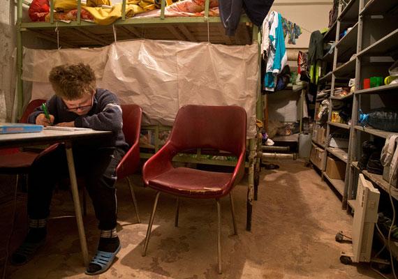 A város Kijevszkij nevű kerülete a harcok által egyik leginkább érintett városrész. Egy kisfiú írja a leckéjét egy bérház pincéjében, ahol viszonylag biztonságban lehet.