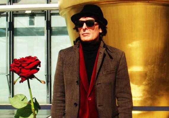 A magyar divatszakma meghatározó személyiségét, Király Tamást 2013. április 7-én találták meg lakásában.