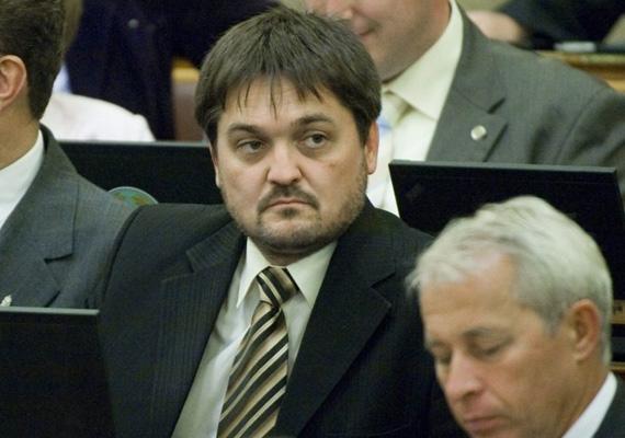 A kiskunfélegyházi polgármester, Kapus Krisztián 2013 márciusában gázolt el egy nőt Jászszentlászlón. A fideszes képviselő elismerte bűnösségét, és lemondott mentelmi jogáról. A baleset után szabálysértési eljárást indítottak ellene.