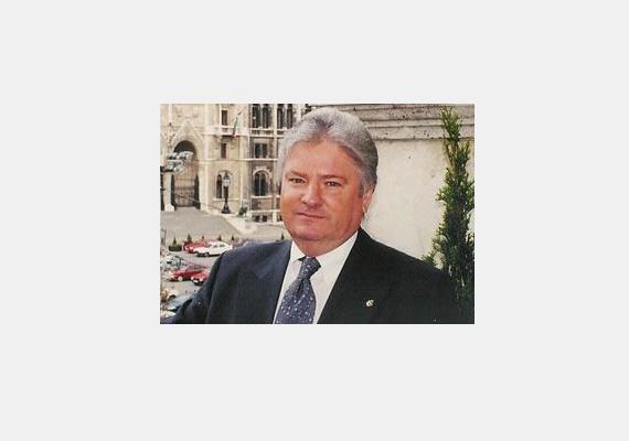 A volt kisgazda politikust, a földművelési minisztérium államtitkárát, Szabadi Bélát 2009-ben ítélte a Legfelsőbb Bíróság két év felfüggesztett börtönbüntetésre hivatali visszaélés miatt, titkárságvezetője, Simon Enikő pedig 180 ezer forintos pénzbüntetést kapott. Szabadi például jogellenesen első osztályú repülőjegyeket vetetett hivatalos utakra magának és titkárnőjének.
