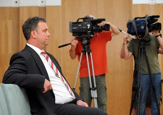 Dombóvár független, korábban MSZP-s polgármesterének, Szabó Lórándnak azért kellett távoznia a székéből, mert a Kúria még 2012 januárjában jogerősen kétéves, három évre felfüggesztett börtönbüntetésre ítélte kétrendbeli, részben folytatólagosan, felbujtóként elkövetett sikkasztás ügyében.