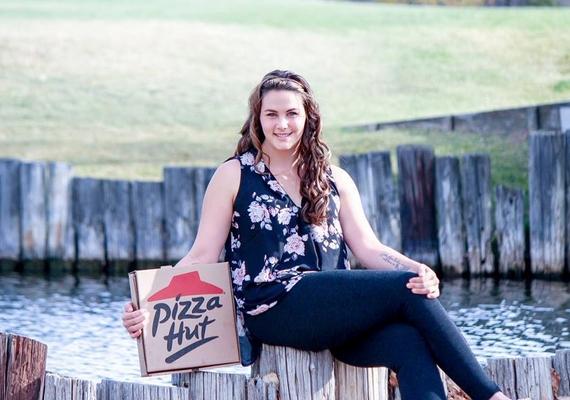 """Íme, Nicole és a büszke """"vőlegény"""", egy doboz pizza."""