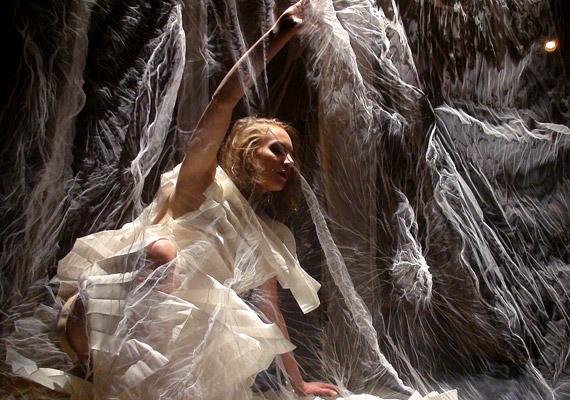A táncosok testük köré épített, organikus installációk szerves részeként jelennek meg, amelyek saját, látható, állandó változásra képes aurákként hatnak