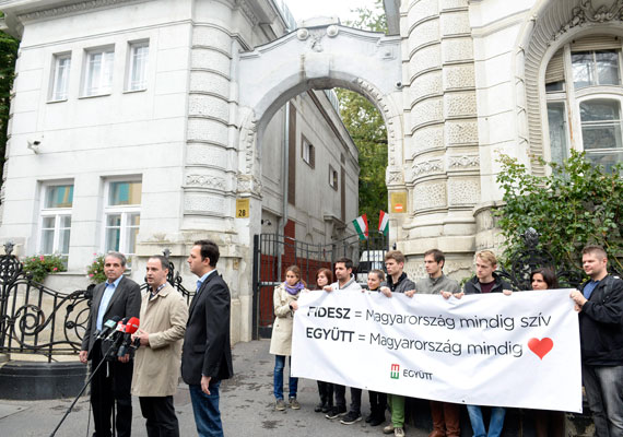 Mivel a Fidesz székháza a VI. kerületben található, Kiss Róbert helyi polgármesterjelölt itt tartotta meg egyik sajtótájékoztatóját. Az Együtt-PM, a DK és az MSZP által is támogatott jelölt kampánycsapata egy szóviccel dobta fel az eseményt.