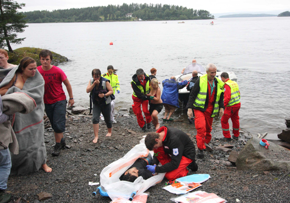 A norvég Anders Behring Breivik közel száz embert ölt meg. Breivik először robbantott, majd Utoya szigetén fegyverrel, közvetlen közelről gyilkolta meg az életükért könyörgő táborozókat.