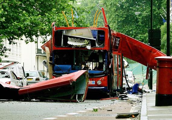 2005, London. 52-en haltak meg, amikor először egy metrószerelvényt, majd egy, a központban álló buszt robbantottak fel.