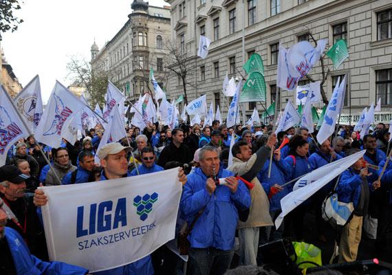 Hosszú idő után ismét az utcán nyilvánítottak véleményt a szakszervezetek. Az érdekképviseletek tüntetéseire mindig jellemző a színes öltözék, illetve a zajkeltő eszközök - sípok, kereplők - használata. 2011-ben a szakszervezeti mozgalmakból kinövő Szolidaritás tagjai bohócnak öltözve demonstráltak.