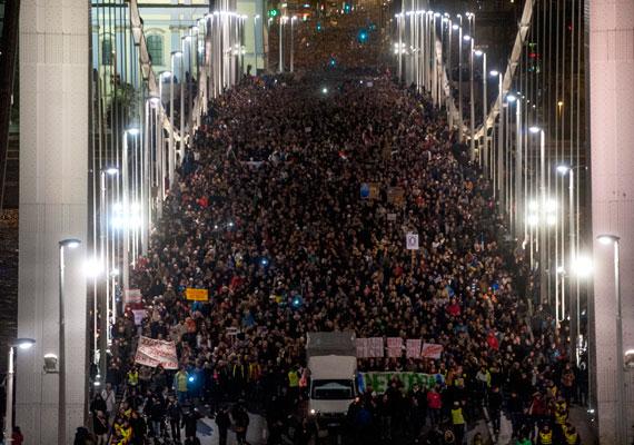 A civileket ősszel a netadó ötlete hozta össze, a demonstrációk pedig békések voltak, bár az első megmozdulás alkalmával egyesek megdobálták a Fidesz székházát. A tüntetők csak kevés beszédet hallgattak, inkább a vonulással melegítették fel magukat a csípős időben.