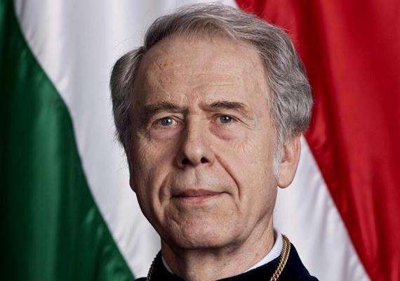 Az Alkotmánybíróság korábbi elnöke, Holló András 2003 és 2005 között töltötte be a posztot, összesen 835 napig, amiért 2013 februárja óta kapja az elnöki nyugdíjat.