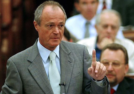 A 2002 és 2004 között miniszterelnöki posztot betöltő Medgyessy Péter 857 hivatalában eltöltött idő miatt kapja az elnöki nyugdíjat.