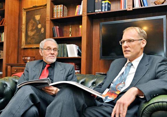 A képen bal oldalt Solt Pál, a Legfelsőbb Bíróság volt elnöke és a Kúria elnöke, Darák Péter látható. Solt Pál 1990 és 2002 között volt az elnök, és összesen 4384 napot töltött hivatalában, a legtöbbet az elnöki nyugdíjat jogosultak közül.