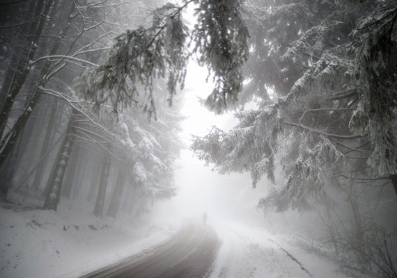 Egy gyalogos a reggeli ködben.
